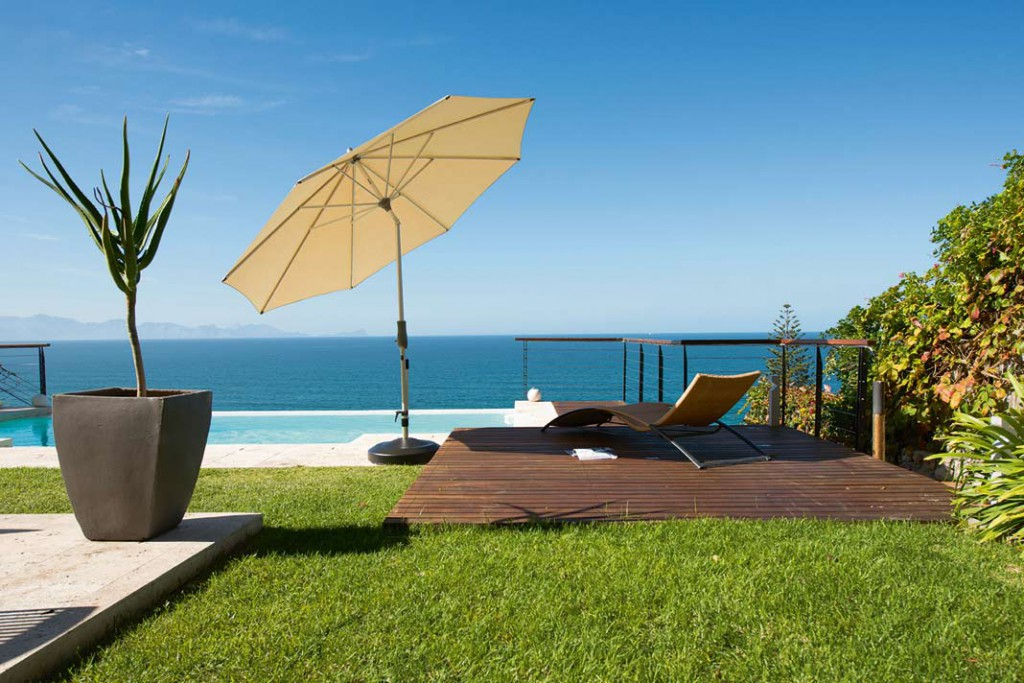 Der dreht und kippt sich, wie man es gerade braucht: Ein Sonnenschirm ist der flexibelste Sonnenschutz und sollte für kleinere Einsatzbereiche immer zusätzlich zur Verfügung stehen. Foto: Glatz