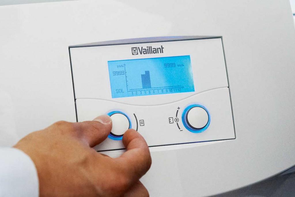 Die Regelung der kompakten Wärmepumpe geschieht über zwei Drehrädchen an der zentralen Steuerung. Am Display kann man alle wichtigen Kennwerte direkt ablesen.