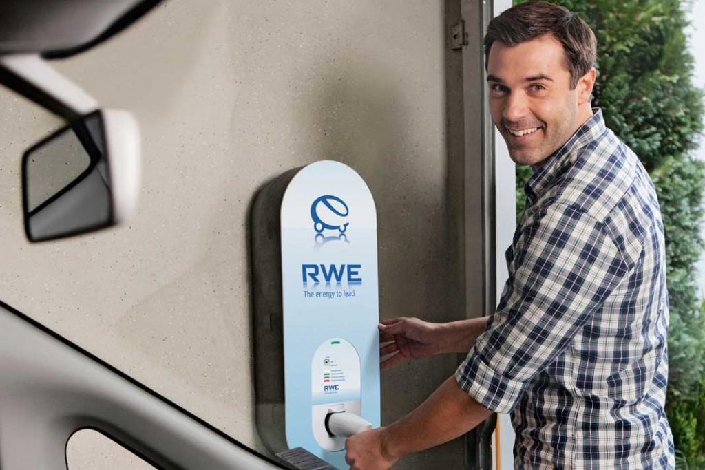 Wer wünscht sich das nicht: Die Strom-Tankstelle in der eigenen Garage versorgt das E-Mobil mit kostenlosem, nachhaltig erzeugten Treibstoff. Foto: RWE