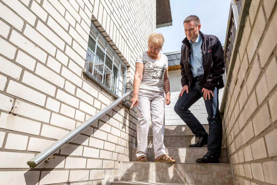 Karsten Samland bei der Analyse des Schadens mit Eigentümerin Ursula Schillack. Foto: isotec