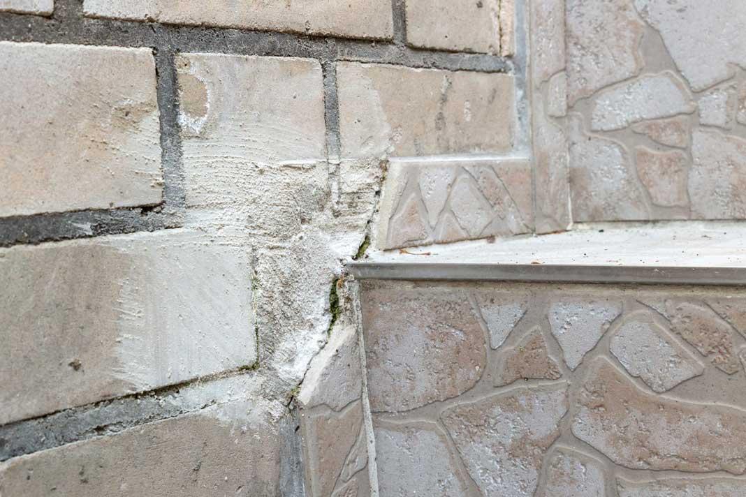Im Außenbereich der Kellertreppe zeigten sich die Feuchteschäden sehr deutlich. Foto: ISOTECH