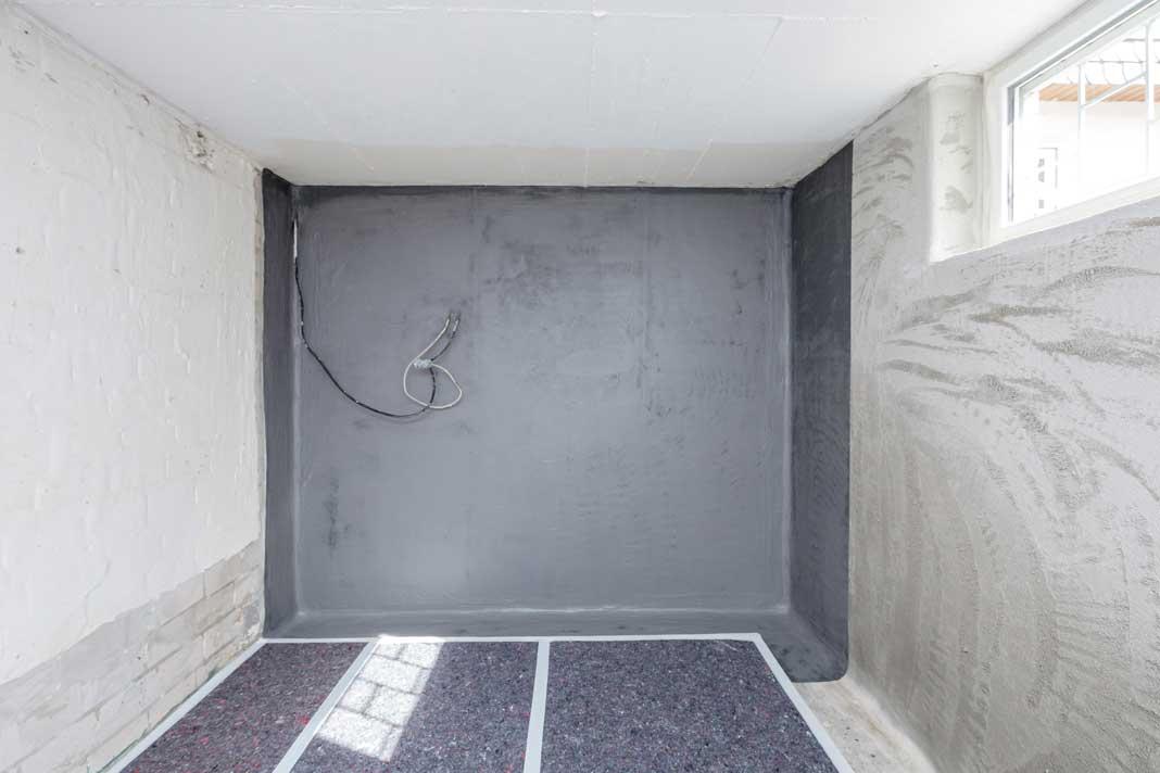 Auf der Wand vor Kopf wurde das Abdichtungsmaterial bereits aufgetragen. Foto: ISOTECH