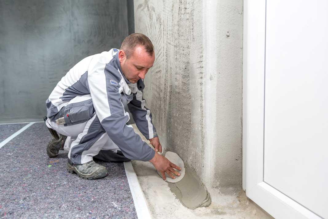 Wand-Sohlenanschluss: Mit einer Hohlkehle wird der Dichtspachtel aufgetragen. Foto: ISOTECH