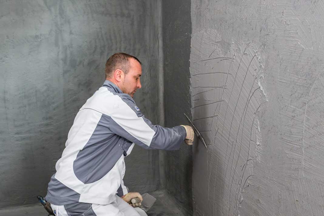 Im Spachtelverfahren kommt die zweite Lage Abdichtungsmaterial auf die Wand. Foto: ISOTECH