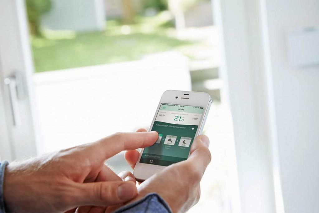 """Mithilfe der neuen App """"multimatic"""" können die neueren Gas-Brennwertgeräte des Herstellers auch von unterwegs aus übers Smartphone gesteuert werden. Foto: Vaillant"""