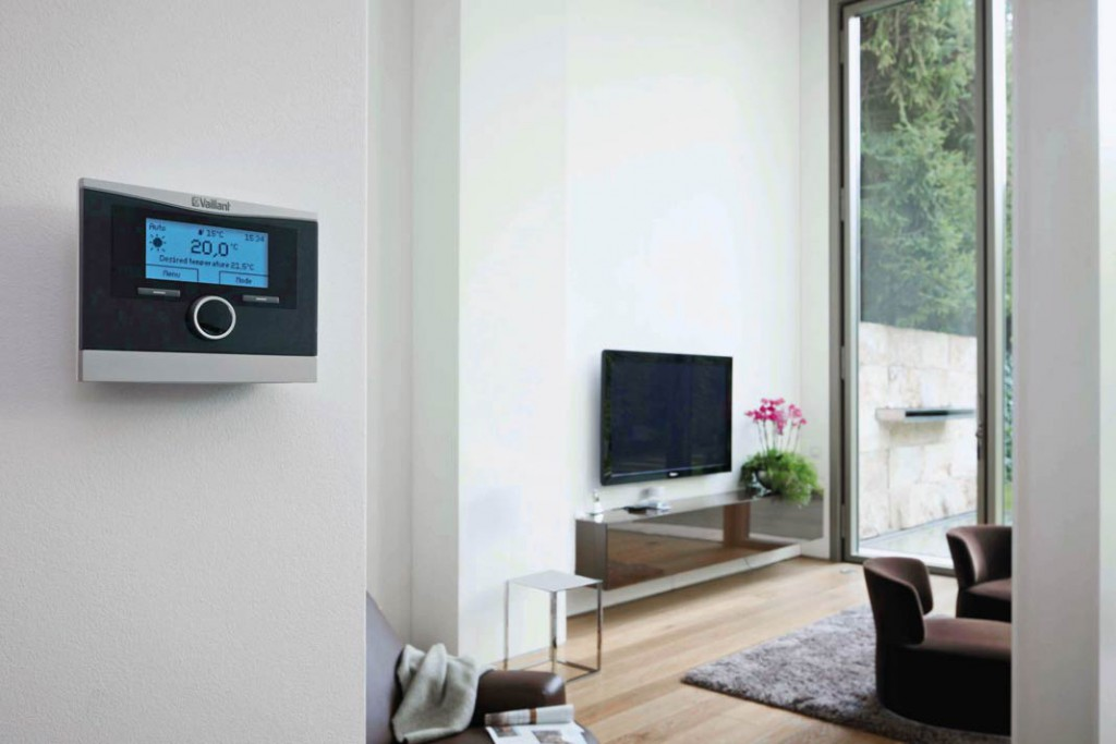 Moderne Regelungen erlauben die bequeme Heizungssteuerung vom Wohnraum aus. Die Regler sind meist intuitiv bedienbar und machen auch optisch was her. Foto: Vaillant