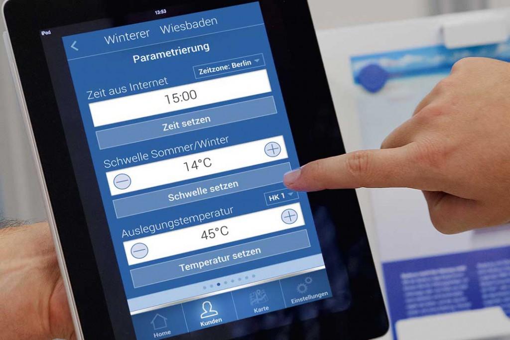 Immer mehr Heizkessel werden internetfähig. Das ermöglicht dem Installateur die Ferndiagnose und den Hausbewohnern eine Steuerung über Smartphone oder Tablet-PC. Foto: Buderus