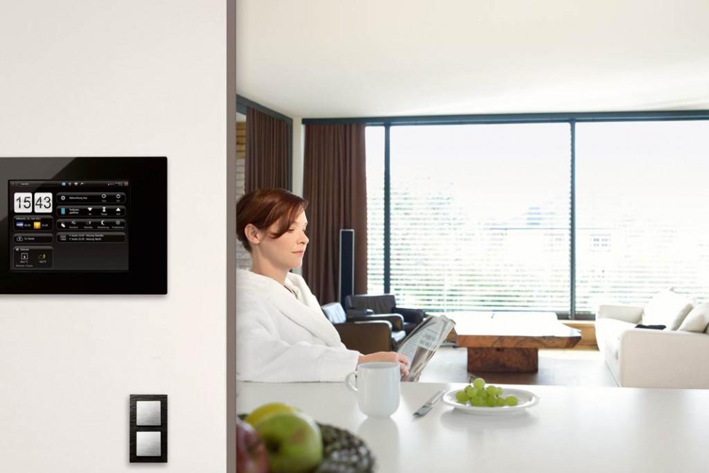 Mit KNX-basierten Systemen lassen sich sämtliche Verbraucher im Haus sinnvoll vernetzen – von Beleuchtung und Rollläden bis hin zur Heizungs- und Lüftungssteuerung. Foto: Hager