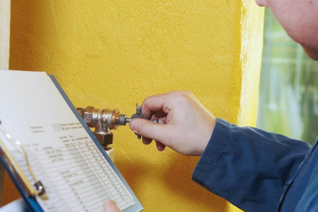 Jeder einzelne Heizkörper des Hauses wird entsprechend den errechneten Einstellwerten neu justiert. Foto: co2-online