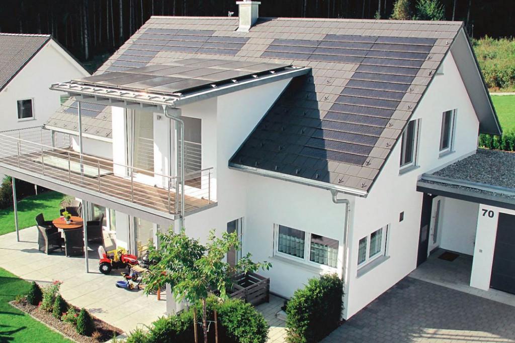 Photovoltaik-Indach-Systeme werden statt der Dachpfannen in das Dach integriert und bieten somit kaum Angriffsfläche für Wind und Wetter. Foto: Braas