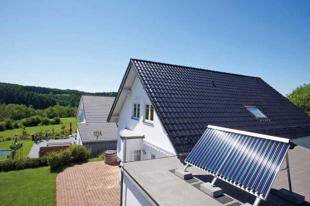 Solarthermie für die Warmwasser-Erzeugung ist auch im Altbau eine Empfehlung. In modernisierten Gebäuden kann die Sonne zudem die Heizung unterstützen. Foto: Vaillant