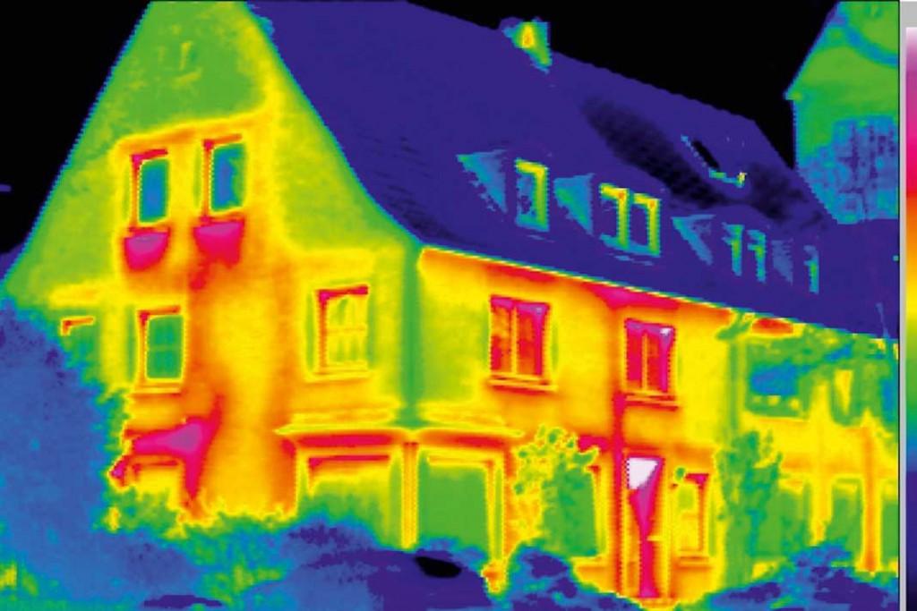 Infrarot-Auf- nahmen zeigen die kritischen Stellen in der Bausubstanz. Über undichte Fenster und Fensterbrüs- tungen geht hier die meiste Wärme verloren. Foto: VPB