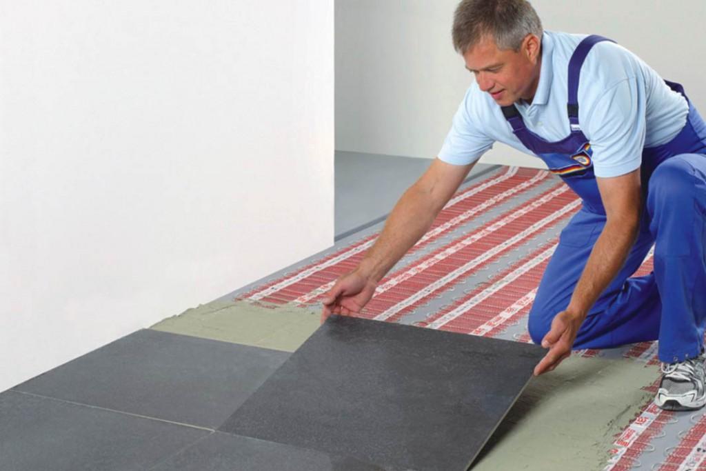Elektrische Heiz- matten liegen unmittelbar unter den Fliesen. Mit der dazugehörenden Regelung lassen sich die Heizzeiten genau programmieren. Foto: AEG