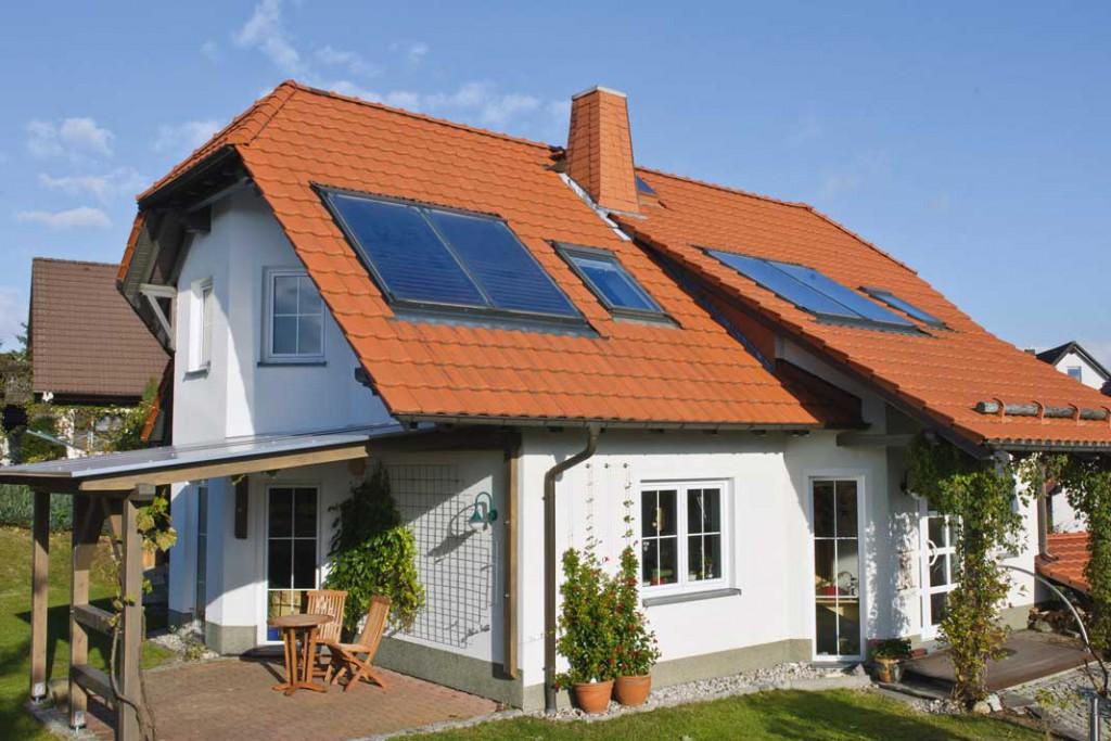 Das schmucke Einfamilienhaus nutzt die Kraft der Sonne zur Warmwasserbereitung und zur Heizungs- unterstützung. Foto: Junker