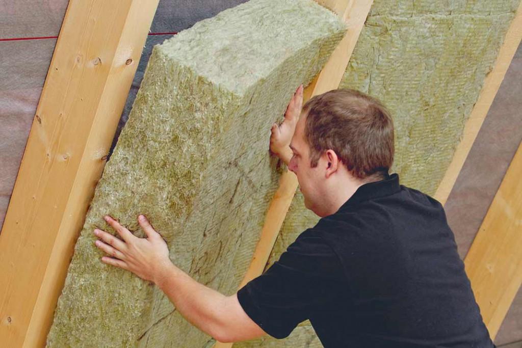 Zwischensparrendämmung von innen mit dauerelastischen, geprüft emissionsarmen Mineralwollmatten. Foto: Rockwool