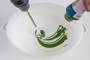 """Die atmungsaktive Wandfarbe """"Plantodecor"""" ist offenporig, geruchsarm und emissionsfrei nach AgBB-Bewertungsschema. Sie schafft ein Wohlfühl-Raumklima und ist beliebig abtönbar. Foto: Auro"""