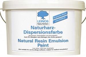 Die Firma Leinos bietet mit ihrer Naturharz-Dispersionsfarbe eine wischfeste, tropfgehemmt eingestellte, hochdeckende, matte Wandfarbe, die sich auf nahezu allen Untergründen problemlos verarbeiten lässt. Foto: Leinos